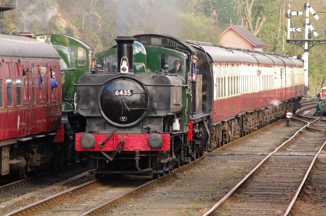 6435 & 4566 passing 7828 Odney Manor at Bewdley-2014.jpg