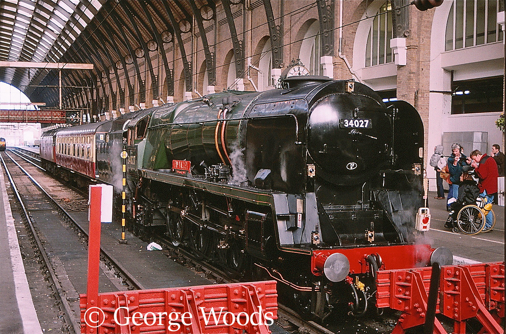 34027 Taw Valley at Kings Cross - February 1999.jpg