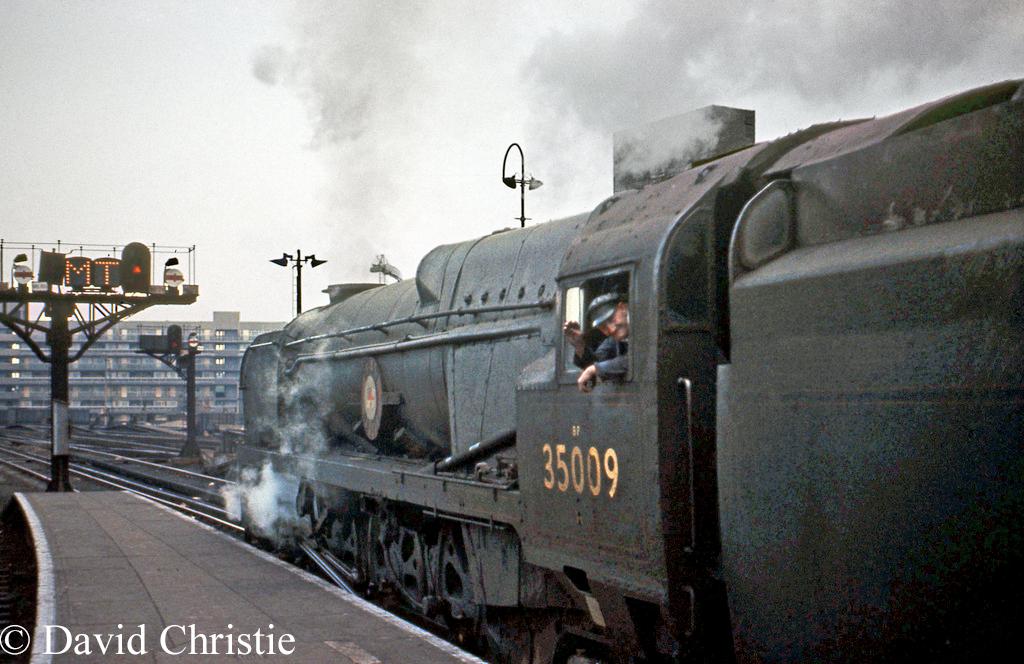 35009 Shaw Savill at Waterloo - June 1963.jpg
