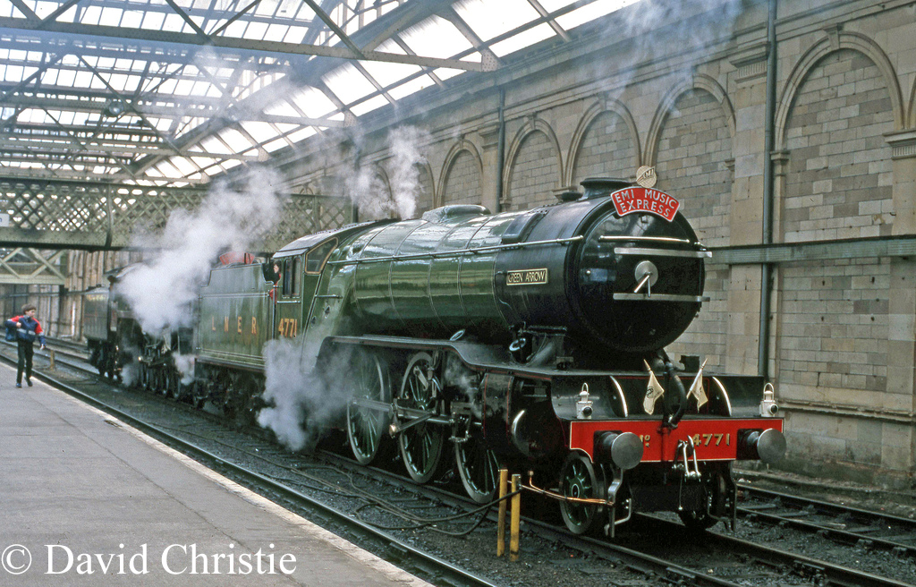 60800 Green Arrow in front of 92220 Evening Star at Edinburgh Waverley - April 1986.jpg