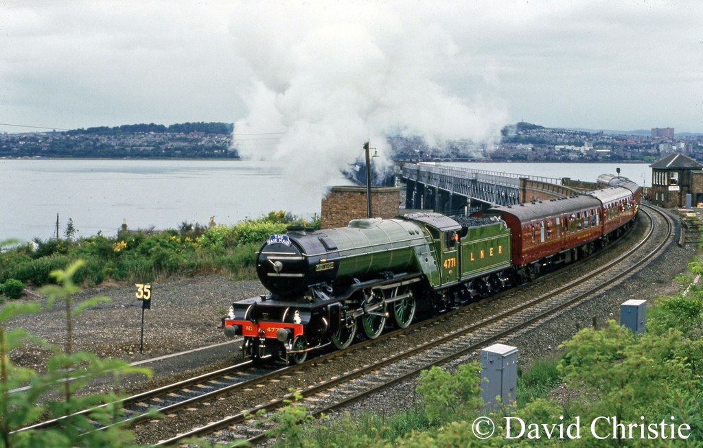60800 Green Arrow leaving Tay Bridge - June 1987.jpg