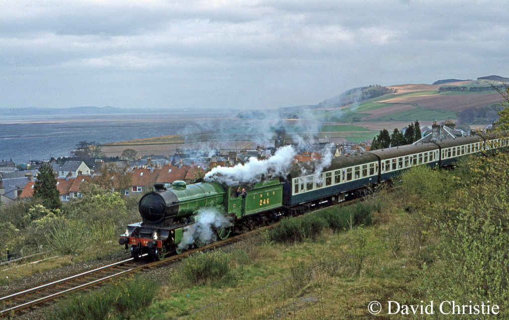 62712 Morayshire passing Newburgh - April 1981.jpg