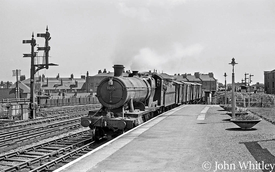 This image has an empty alt attribute; its file name is 3855-enters-leamington-spa-with-a-freight-train-june-1963.jpg