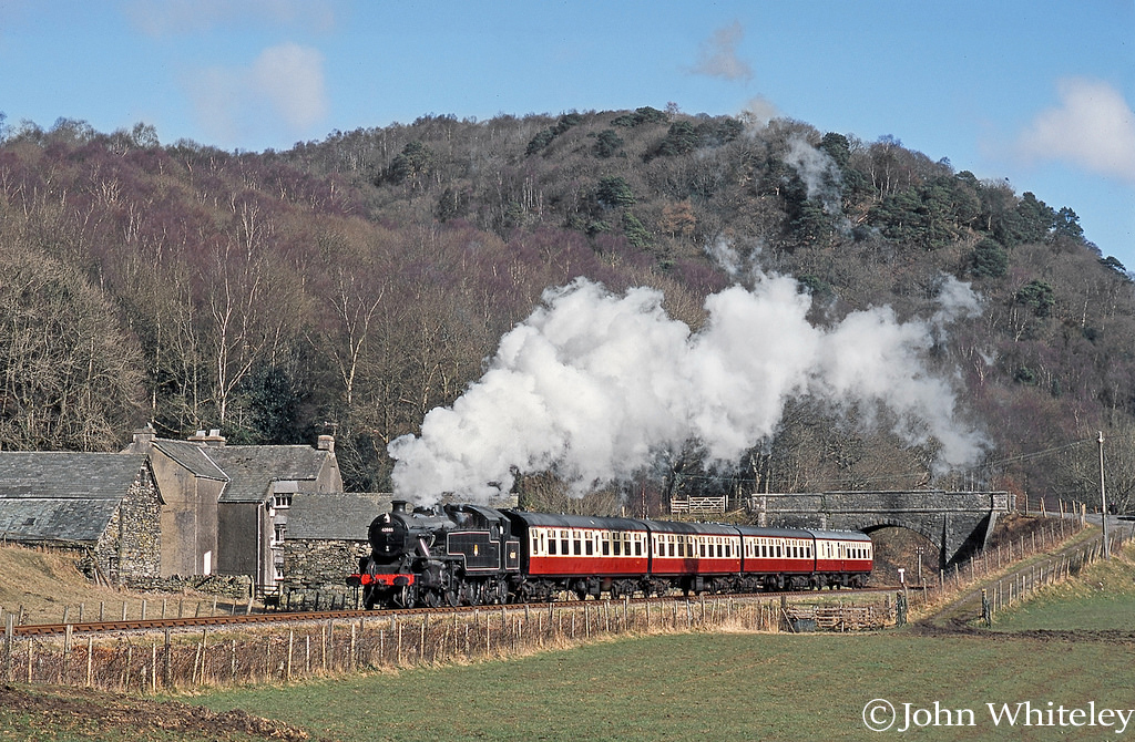 This image has an empty alt attribute; its file name is 42085-leaving-newby-bridge-on-the-lakeside-haverthwaite-railway-e28093-march-2005-.jpg