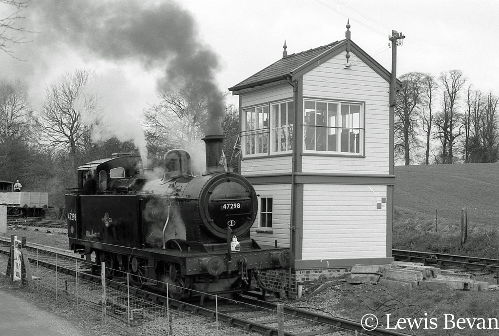 This image has an empty alt attribute; its file name is 47298-at-pitsford-on-the-northampton-and-lamport-railway-at-the-grand-opening-of-the-line-march-1996.jpg