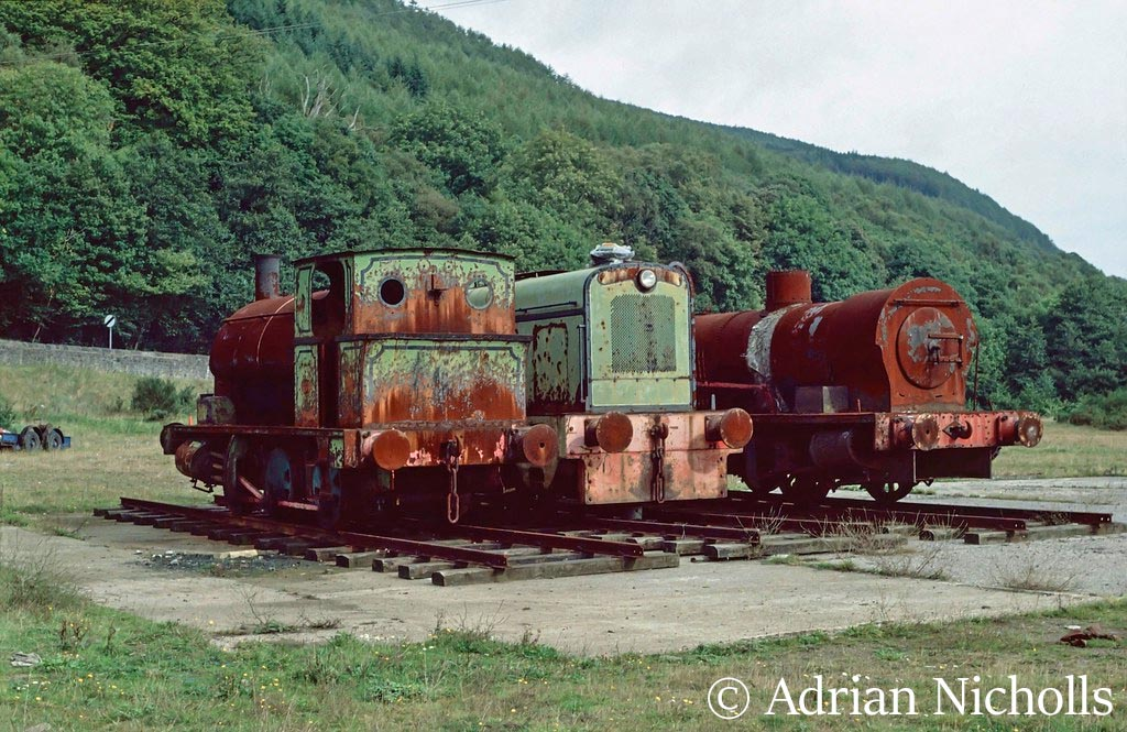 This image has an empty alt attribute; its file name is ae-1680-on-the-left-at-the-vale-of-neath-railway-society-at-abergarwed.-on-the-right-is-ae-2008-which-was-cut-up-for-scrap-in-1990-sept-1989-.jpg